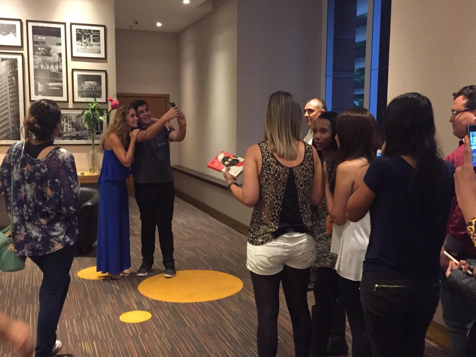 Lucero convive con fans de Brasil
