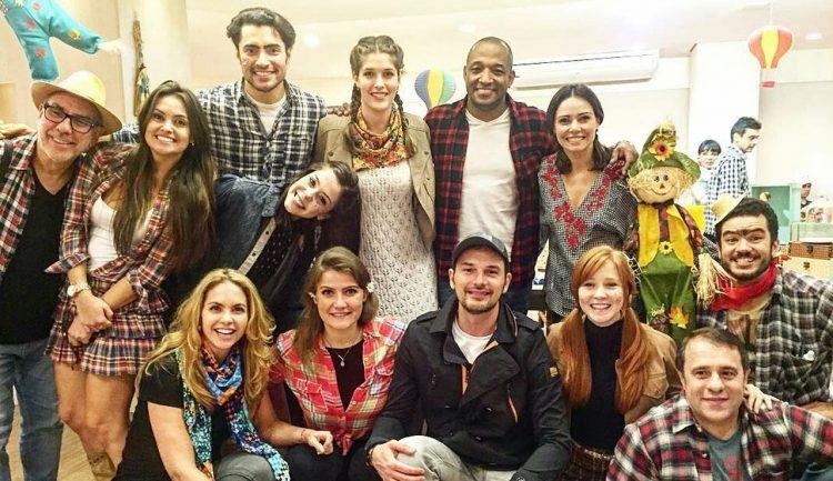 Lucero y el elenco de Carinha de Anjo