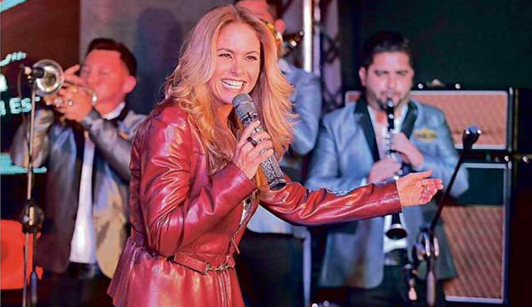 Lucero Enamora con Banda en Reforma