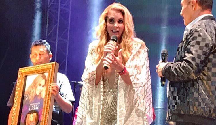 Lucero recibe Disco de Oro por altas ventas de Enamorada con Banda