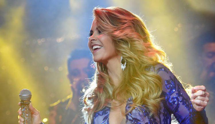 Lucero graba DVD para Más enamorada con banda