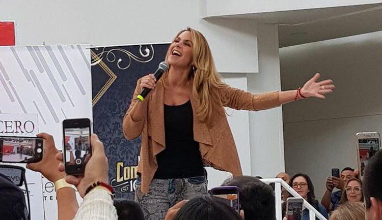 Lucero se toma fotos con fans en Metepec
