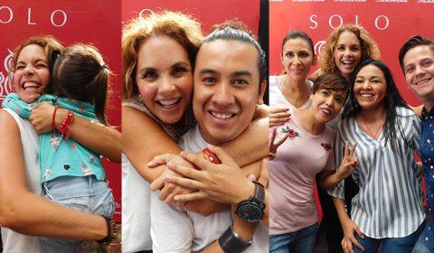 Lucero se toma fotos con fans