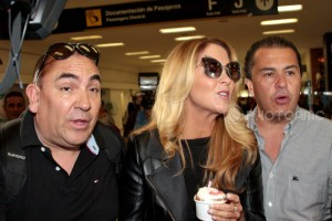 Lucero en el Aeropuerto de la Ciudad de México rumbo a Brasil a dar concierto