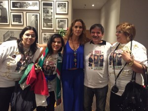 lucero-convive-con-fans-brasil-0003