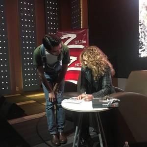 Lucero firma boletos del Auditorio Nacional