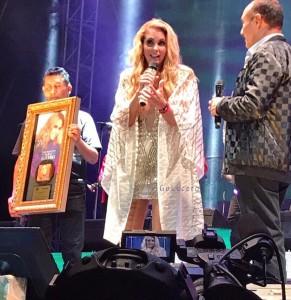 Lucero recibe Disco de Oro por las altas ventas de Enamorada con Banda