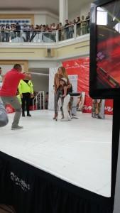 Lucero tomándose fotos con fans en Sanborns Metepec 2018