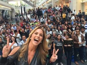 Lucero se toma fotos con sus fans en Mixup